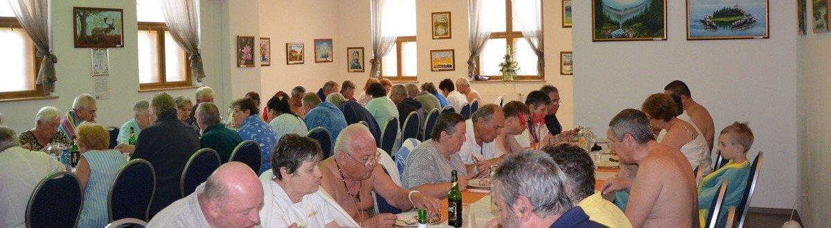 nyugdíjasok esznek